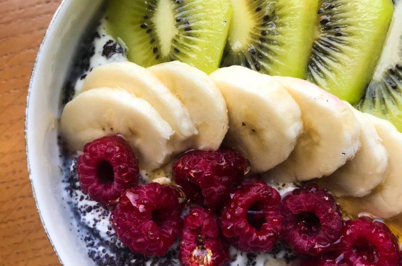 Jogurt grecki z makiem i owocami