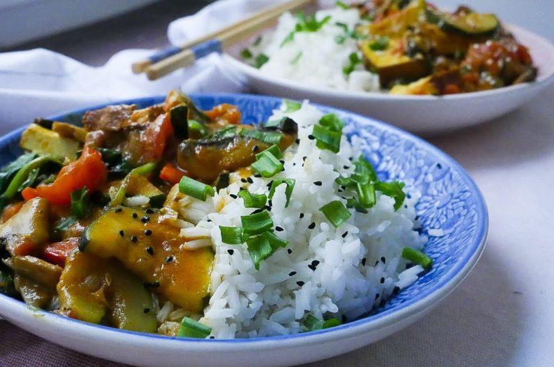 Curry z tofu, cukinią i szpinakiem