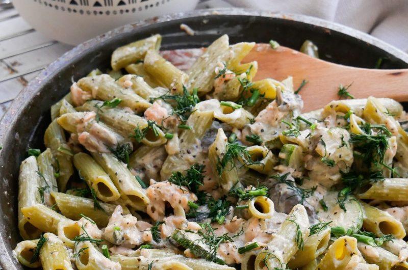 Makaron z łososiem w sosie chrzanowym