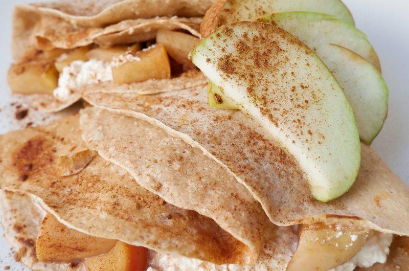 Owsiane naleśniki cynamonowe z białym serem i jabłkami