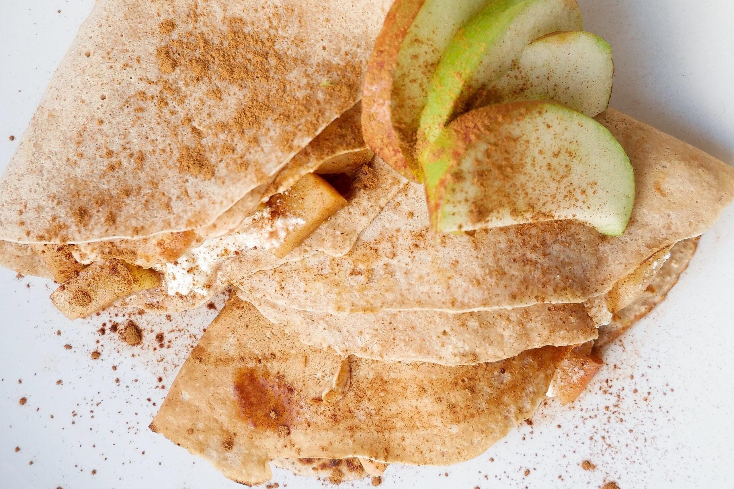 zdjęcie naleśników z serem z jabłkami. Na wierzchu posypane cynamonem.