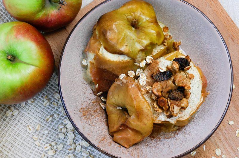 Pieczone jabłko z płatkami owsianymi i bakaliami