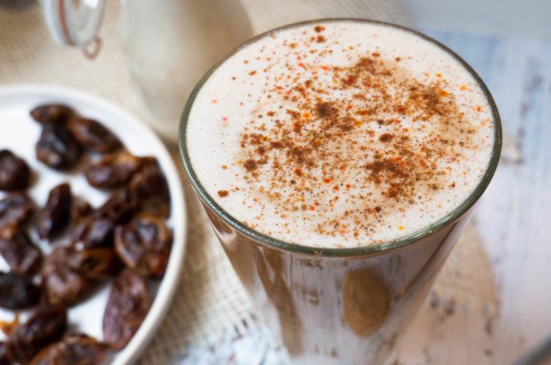 Daktylowe latte z masłem orzechowym
